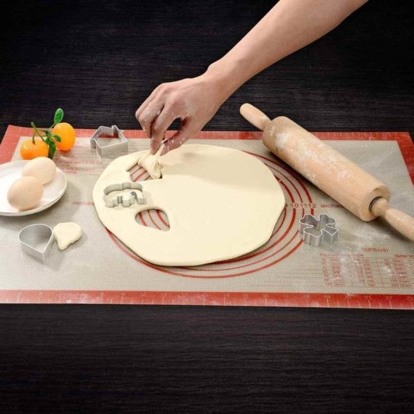 Silicon Pie Crust Mat with Dough